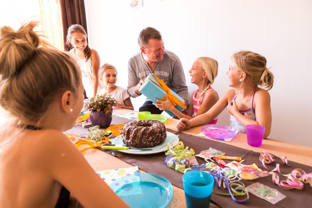Kindergeburtstag_Party_Geschenk_Mädels_Gruppe_Kuchen