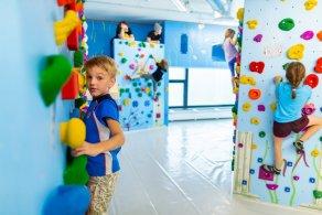 Kinder beim Bouldern und Klettern in der Kinderwelt der Boulderwelt München Ost