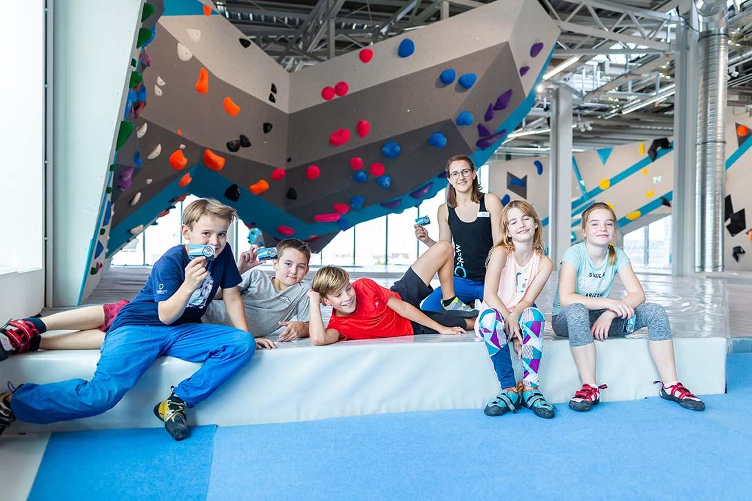 Kinder und Jugendliche mit dem Boulderführerschein dürfen auch in der großen Boulderwelt bouldern