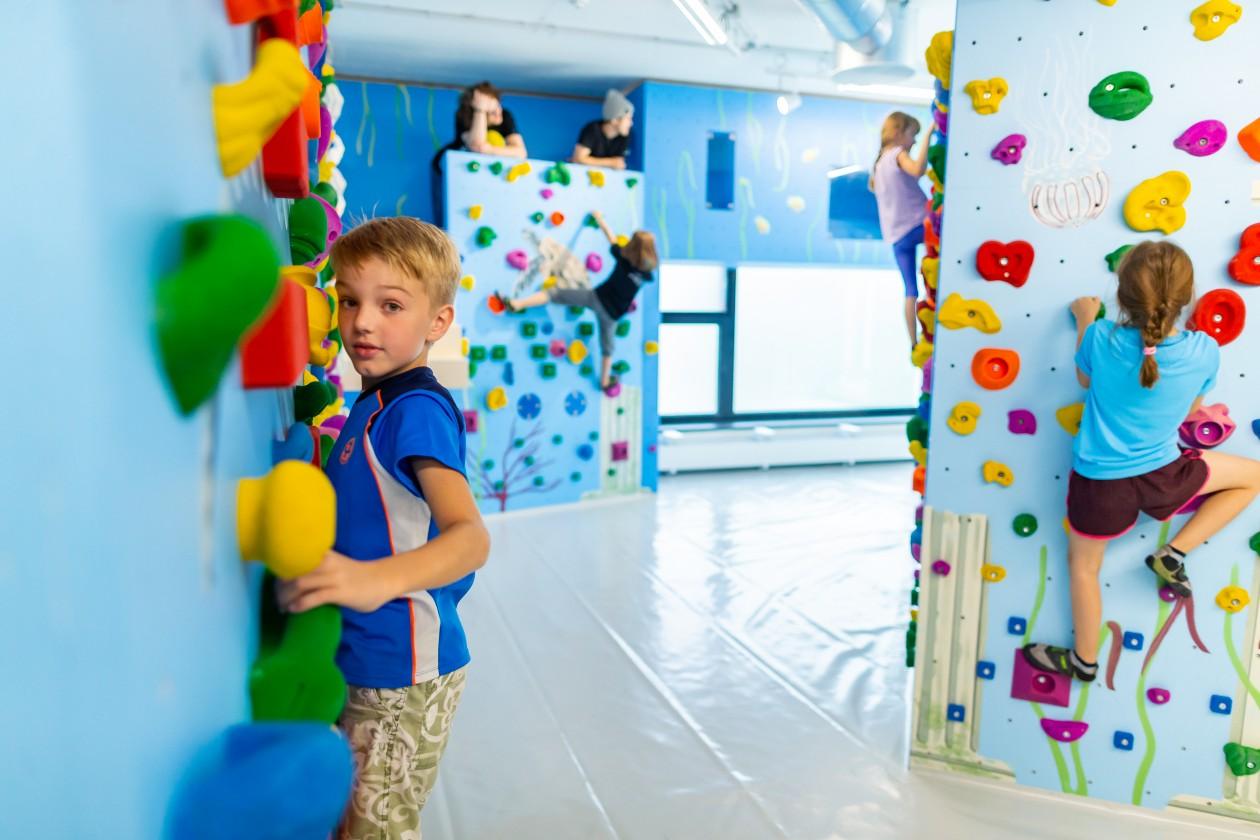 Bouldern und Klettern für Kinder und Jugendliche bei den Boulderkids oder Gruppentarif mit Trainer in der Kinderwelt der Boulderwelt